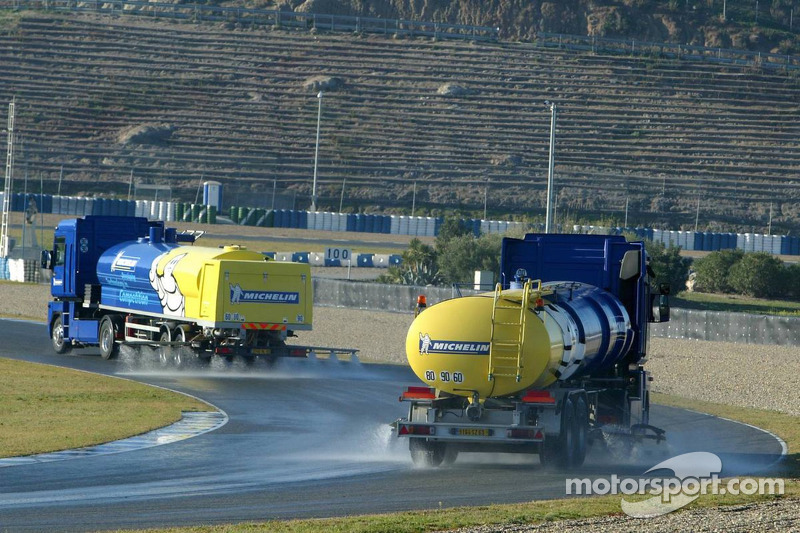 f1-jerez-december-testing-2005-water-trucks-wet-the-track-for-michelin-wet-testing.jpg
